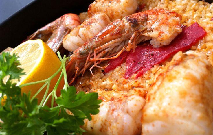 Ou arroz de tamboril com gambas é um delicioso prato de peixe, no arroz de tamboril por o tamboril ser um peixe suave é muitas vezes servido com gambas para dar um toque especial, super saudável e fácil de fazer. Receita de Arroz de Tamboril com Camarão Ingredientes Tamboril - 600gr Camarão - 200gr (ou miolo de camarão) Cebola - 1 Louro - 1 Folha Tomate - 3 Polpa de Tomate - 2 Colheres de sopa Pimento Vermelho - 1 Alho - 2 Dentes Arroz - 400gr Água - 800ml Coentros - A gosto, picados Limão…