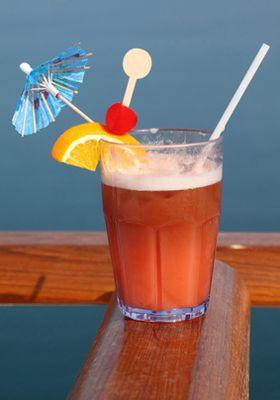 Cocktail sans alcool : ananas, fruit de la passion et grenadine.