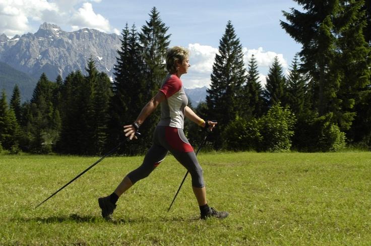 La marche nordique est une discipline idéale pour se mettre ou se remettre au sport