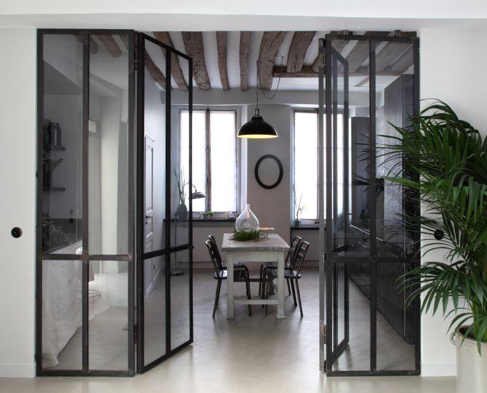 Ensemble en acier cloison acier et verre entre cuisine for Cloison coulissante atelier