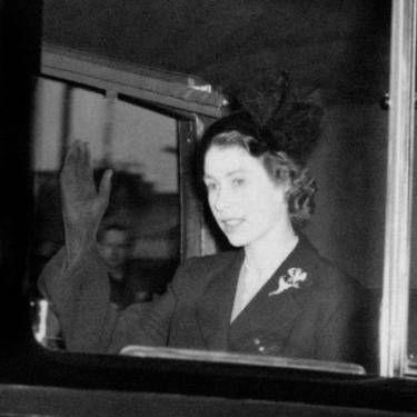 Королева Елизавета II в траурном наряде возвращается в Кларенс-хаус в Лондоне после того, как она стала королевой