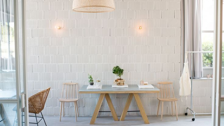 Situated a few kilometres away from Madrid's city centre, in the newly developed business district of 'Las Tablas', a multifunctional space offers great dining experiences, cooking lessons and exclusive events to its clients.
