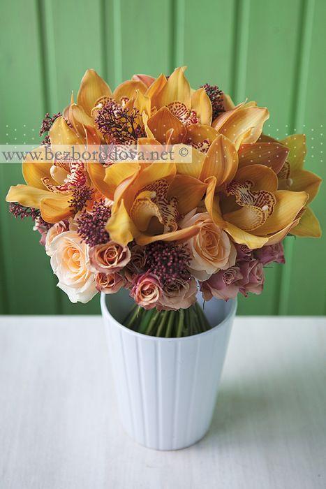 Винтажный букет из орхидей и кремовых роз