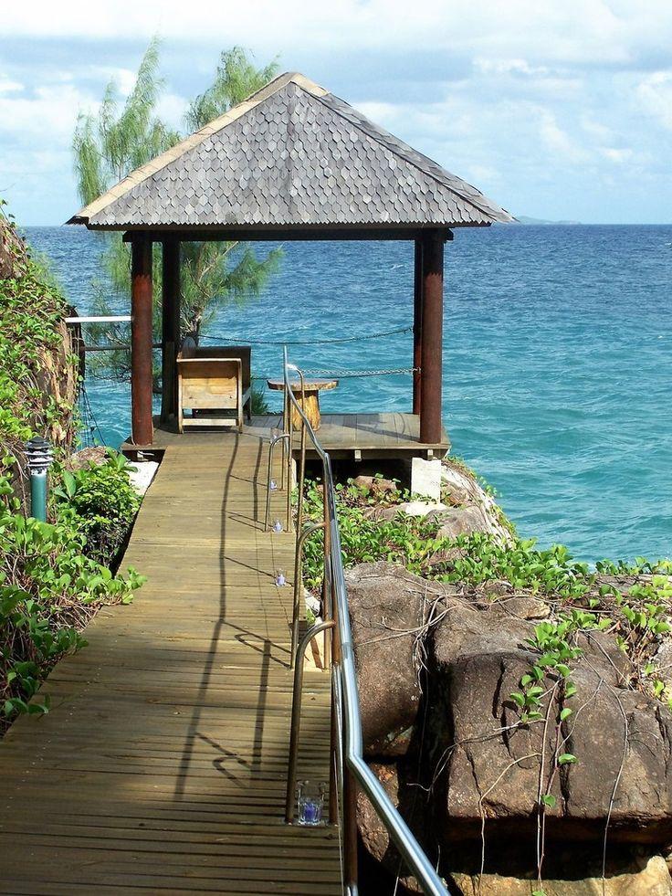 PRASLIN,  jolie île des Seychelles où l'on peut visiter la forêt de mai. Un peu une arnaque à touristes. L'entrée est chère aussi promenez vous dans les alentours gratuitement où vous verrez la même chose. Pour un dollar,  vous prendrez les bus locaux pour visiter l'île dans tous les sens. C'est très pratique pour compenser le prix très exorbitant de l'hôtel et du restaurant. Pour comparer Maldives, Maurice et Seychelles, sachez que le prix des trois destinations est respectivement…