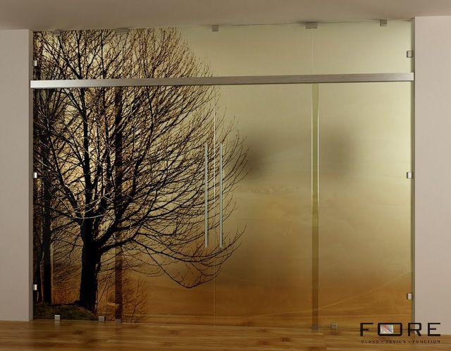 Przeszklenie z drzwiami dwuskrzydłowymi, wzór Drzewo SE. Glazing with double sliding door, pattern Drzewo SE, www.fore-glass.com, #drzwi #drzwiszklane #drzwiwewnetrzne #szklane #glassdoor #glassdoors #interiordoor #glass #fore #foreglass #wnetrza #architektura