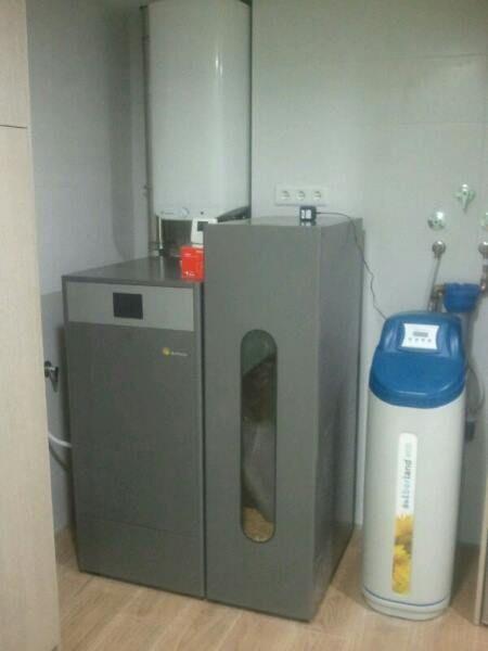 Caldera de pellet de limpieza automática Domusa Bioclass para calefacción y producción de agua caliente
