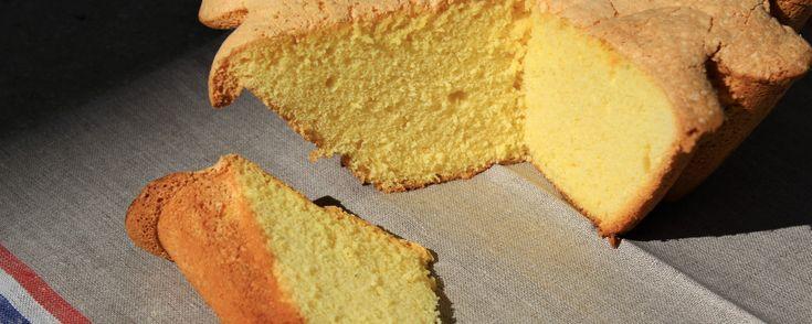 Pour 1 biscuit de Savoie : 6 œufs 250 g de sucre en poudre 150 g de farine tamisée 50 g de fécule de pomme de terre tamisée 1 citron non traité 1 cuillère à soupe de fleur d'oranger Préchauffer le four à 180° en chaleur tournante. . Séparer les jaunes d'œufs des blancs. . Zester le citron entièrement puis presser la moitié. . Mélanger …