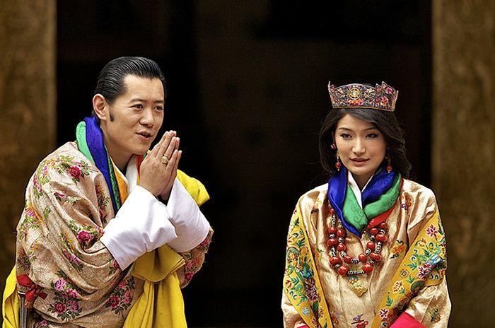Королева с бусиной дзи   А вы знаете, что королевские особы тоже носят бусины дзи, а именно королева Бутана-Джецун Пема Вангчук. Посмотрите на фото королевской свадьбы. Кстати Бутан -тоже страна-загадка, не зря она сосед Тибета и бусины дзи там тоже есть как вы видите. Наверняка там еще куча загадок