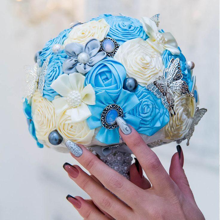 """Красота в деталях!😀 Это про него, про наш брошь-букет """"Лунная мелодия"""" с натуральным лунным камнем💎 Лунный камень - настоящий символ любви💖 Он поможет оберегать ваши чувства!❤️ букет в наличии и ждет свою счастливую обладательницу!  #брошьбукет #брошь_букет #лунный камень #букетневесты #фотосессия #иркутск #фотосессияиркутск #свадьба #свадьбаиркутск"""