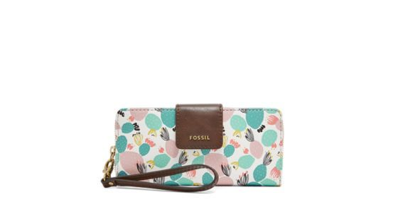 Designed in our novelty prints of the season, Madison's PVC clutch features a spacious interior with extra functionality to store your curious odds and ends.Designed exclusively for Fossil Outlet.