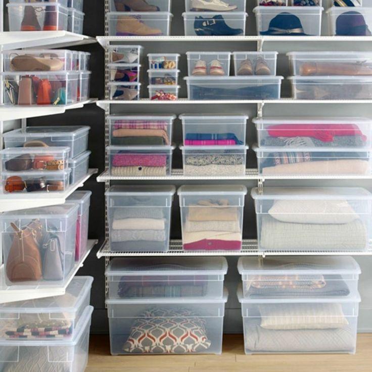 Ordnungssystem aus Regalen und transparenten Boxen…