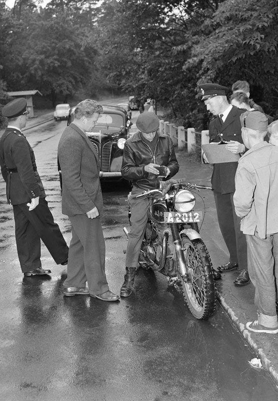 Hornsbergs Strand, trafikkontroll. En pojke på motorcykel har stoppats av polisen