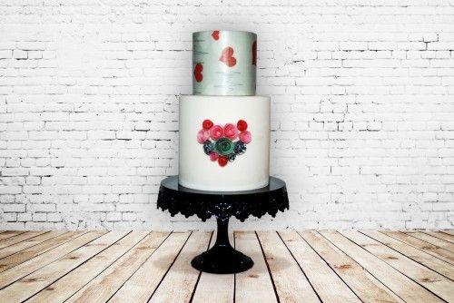 Se il giorno di San Valentino il vostro obiettivo è quello di stupire, questa è la torta che fa per voi! Dietro al suo aspetto imponente e un po rock si nasconde un'aria sognatrice e romantica. Simona Stabile è solita esprimere nelle sue torte questo carattere eclettico, proponendo stili diversi...