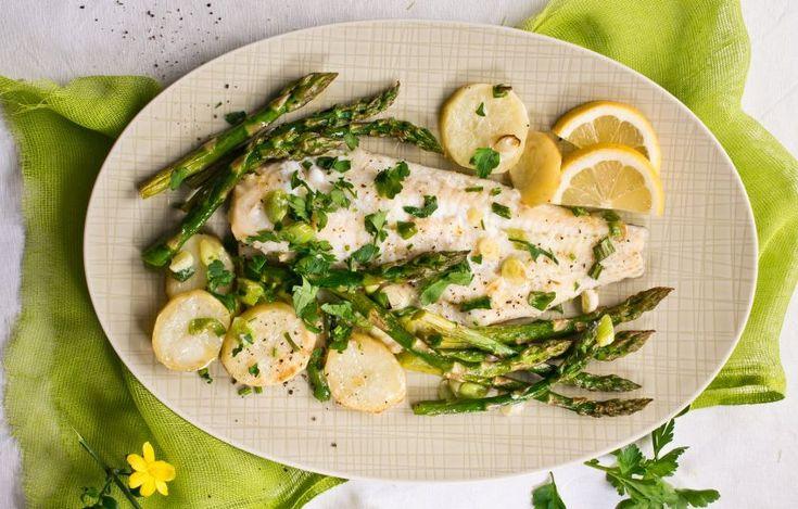 Εκμεταλλευόμαστε τα σπαράγγια που τώρα είναι στην καλύτερη τους εποχή και φτιάχνουμε ένα σπέσιαλ ψαράκι στο φούρνο.