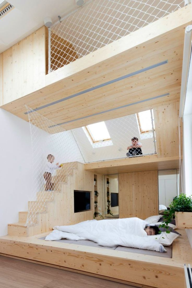 mehrstöckiger heller Spielplatz aus Holz und Bett auf der Plattform für Erwachsene