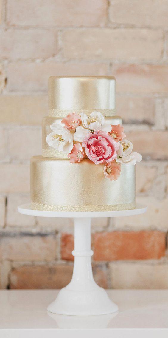 wedding cake / gâteau de mariage doré, moderne avec une touche de fleurs.