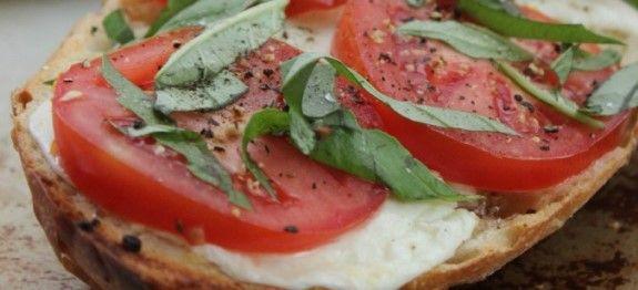Σκορδόψωμο με ντομάτα