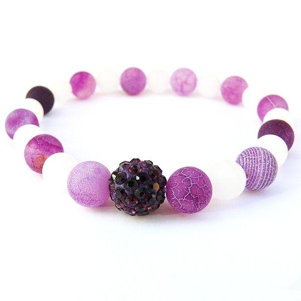 Náramek je vyrobený z bílých matných skleněných korálků doplněný o fialové minerální korálky Dračí achát. Dominantní korálek je fialový shamballa korálek s kamínky. Korálky jsou navlečené na lycru, která je elastická a usnadňuje navlečení i svlečení z ruky.