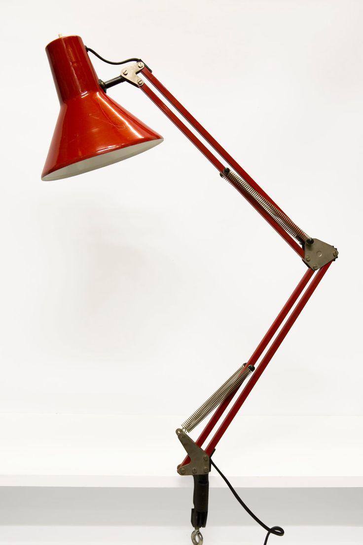 Oude klembureaulamp. Bureaulamp is geheel rood van kleur, uitgevoerd in metaal. Door de vele ellebooggewrichten en veren is deze klemlamp zeer flexibel. De klemlamp komt uit de jaren 70.