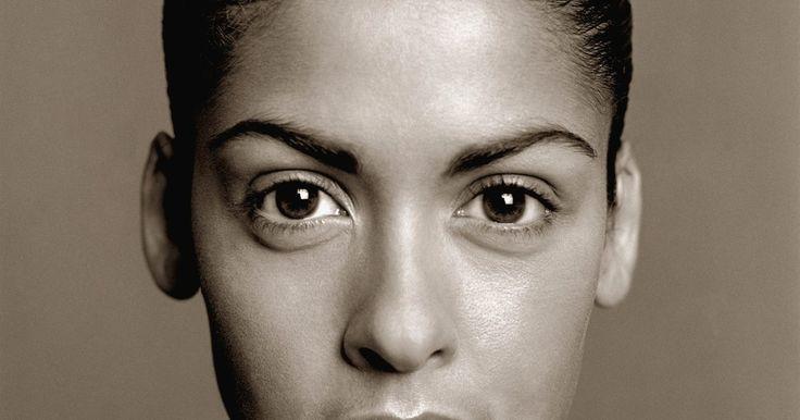 Como arquear sobrancelhas retas. As sobrancelhas arqueadas podem abrir instantaneamente um olhar, além de proporcionar mais espaço para acentuar o olhar com maquiagem. Elas dão aos olhos um ar penetrante, bem tratado e deixam a pessoa mais jovial. Arquear as sobrancelhas em casa é uma maneira econômica de transformar o rosto, pois os tratamentos em sobrancelhas costumam ser ...