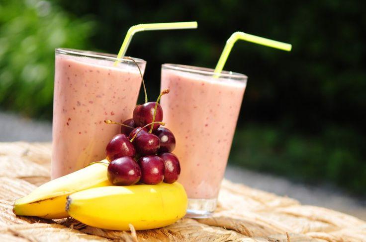 Deze fruit smoothie is super zoet! Het is een kersen smoothie met banaan en yoghurt. In kersen zitten veel antioxidanten en vitamines. Lekker en gezond!