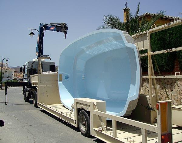 Llegada de camión con la piscina a la obra