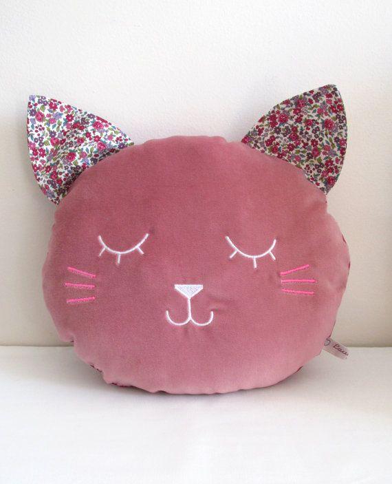Coussin Chat en velours de coton rose, tissu Liberty et broderie - Taille M