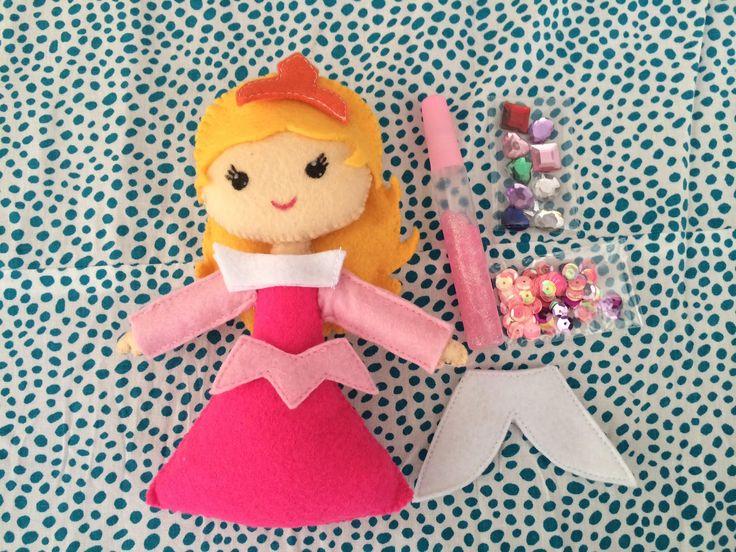 Pipoka Play Kits: Como sería tu princesa? . Play kit de princesa Aurora y accesorios hechos en fieltro. Incluye pegante y figuras decorativas para que puedan crear la princesa como cada una quiera. Pedidos a pipoka@pipokaplaykits.com