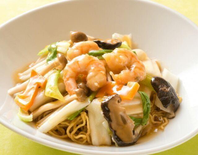 """中華湖南料理「華湘」池袋東武スパイスの秦シェフ考案レシピをご紹介(^o^)/  色々な魚介は使わず海老のプリプリ感を楽しめるように下処理をしっかりしましょう。 スープはインスタントでも複数組み合わせる事で味に深みが出ます。 更にホタテの水煮缶を汁ごと使う事で旨味が増しますよ。 誰もが大好き、あんかけ焼きソバを是非チャレンジしてくださいね!  【""""逸品レシピ""""はこちら】 http://www.chefgohan.com/ippin/11/#2  【レシピ詳細はこちら】 http://www.chefgohan.com/card/detail/1463/ - 142件のもぐもぐ - 海老のあんかけ焼きソバ~秦シェフ考案~ by シェフごはん"""