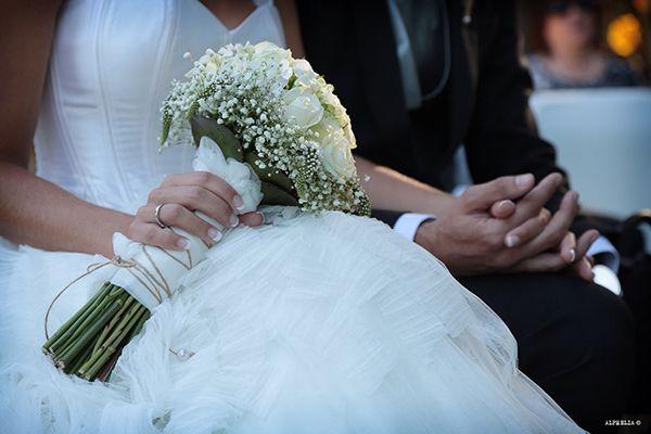 Ramo en blanco con rosas, bubardia y pAniculat, porta anillos en concha con arena de playa