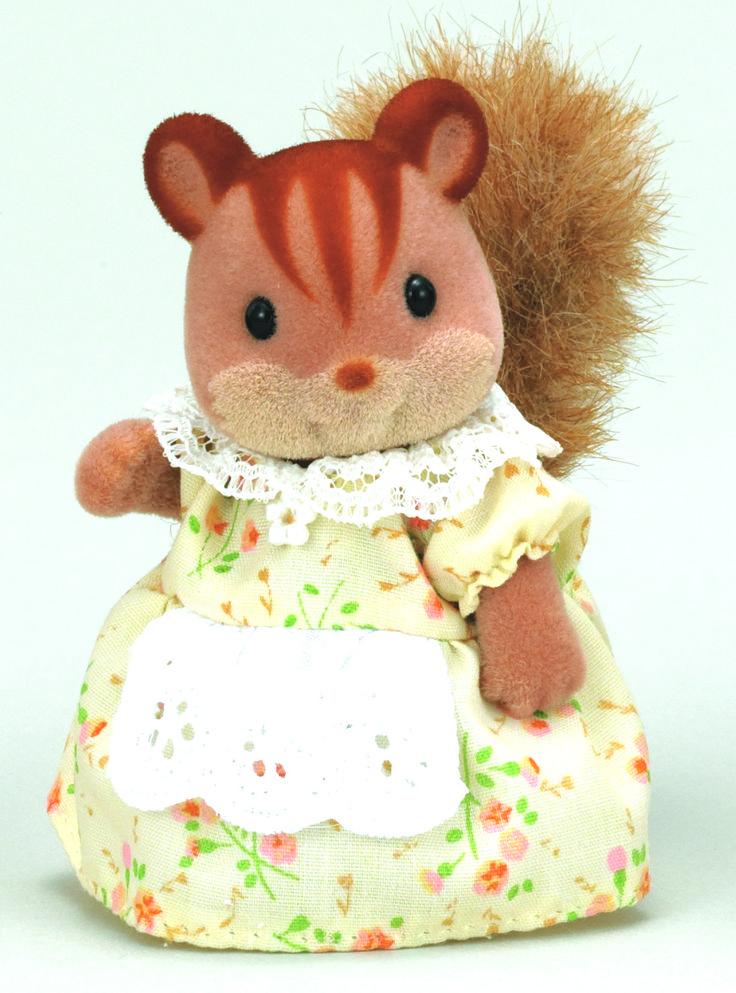 Walnut Squirrel Family Mother - Yardley  Το γέλιο και η φωνούλα της μαμάς Yardley αντηχεί σε ολόκληρο το χωριό των Sylvanian Families. Λατρεύει να κουβεντιάζει αλλά και να ακούει τις ιστορίες φίλων και γνωστών. Κάθε βράδυ πριν κοιμηθεί καλοχτενίζει την ουρίτσα της... ♥