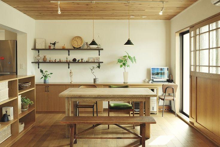木製の内窓で、窓辺と室内に一体感。型板ガラス入りなのでカーテン要らず。もちろん断熱効果も。