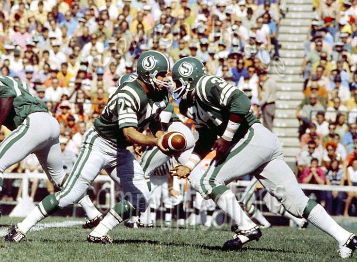 Ron Lancaster handing off to George Reed