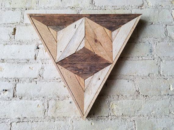 16,5 pulgadas de W x de 14,5. H Arte de pared de madera hecha a mano con patrón de madera reciclada. Podemos personalizar los tamaños de este diseño en nuestra tienda si este no es justo para tu espacio. Podemos personalizar el tamaño y el color para usted, háganoslo saber!  Este diseño geométrico se puede utilizar en sobre una cama, sofá o cualquier pared que necesitan amor. Puede colgar de cualquier lado.  Tamaño, color y textura tendrá pequeñas variaciones debido a la naturaleza de la…