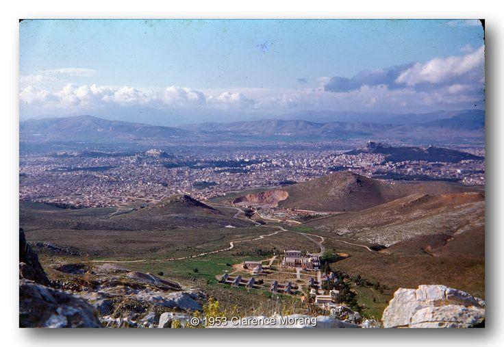 Η Αθήνα από τον Υμηττό. ©Clarence Morang 1953 Στη φωτογραφία αυτή φαίνεται ο Βύρωνας σε όλο του το πλάτος και μήκος κατά το έτος 1953.