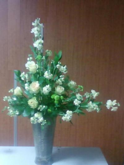 L자형 꽃꽂이 재료 : 장미(키위), 스토크, 소국, 유스카스, 비대칭형으로 수직선과 수평선의 조화를 이룬다. 꽃을 소량으로 선의 아름다움을 강조하여 강한 인상의 표현법 직각 L자형-낮은 화기 사용 , 넓은각 L자형 - 높 은 화