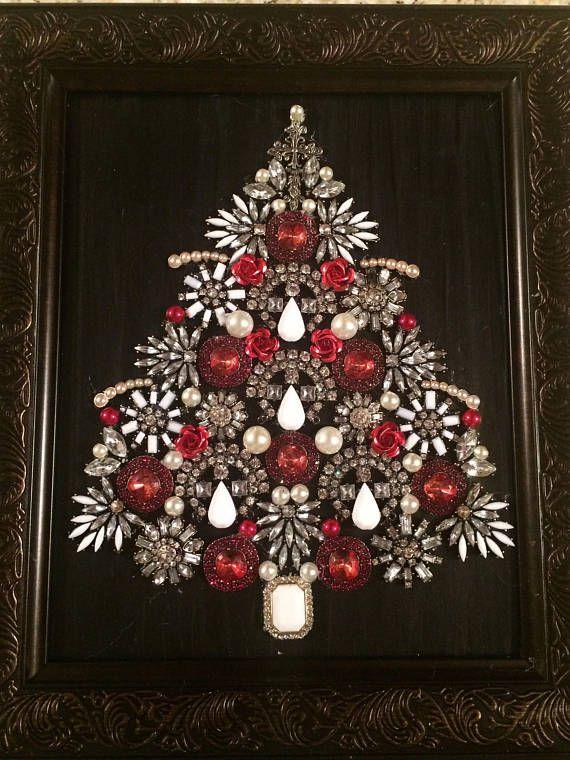 Encadré bijoux Collage d'un arbre de Noël mettant en vedette rose perles en métal, perles de verre, broches vintages, pendentifs et boucles d'oreilles dans un cadre 8 x 10. Convient pour accrocher ou a un support pour l'affichage. En raison de la nature 3D de la pièce, le verre a été supprimé.