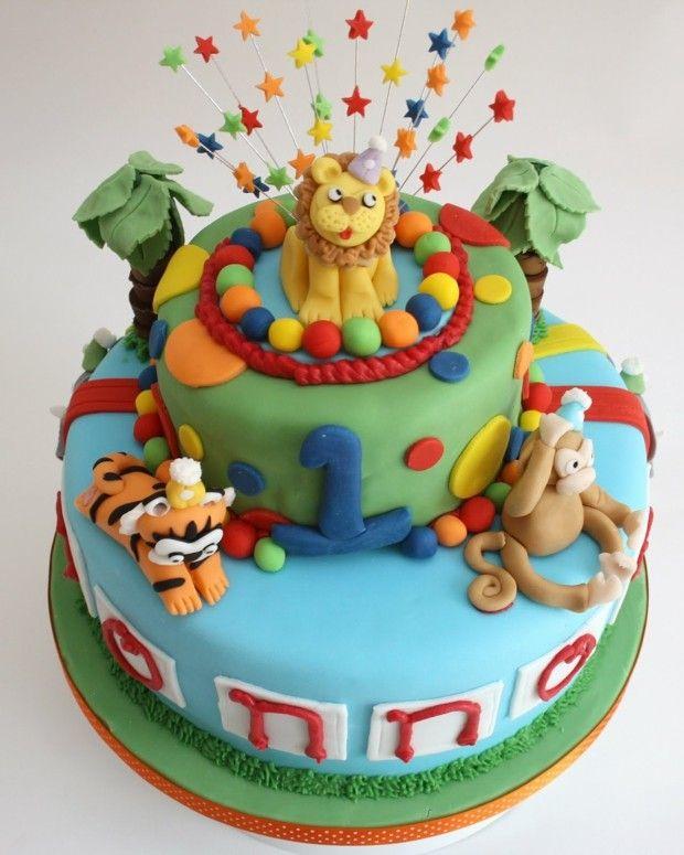 Löwen und Affen-Figuren verzieren die Motivtorte zum ersten Geburtstag
