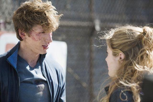 Still of Benjamin Stone and Skyler Samuels in The Nine Lives of Chloe King (2011)