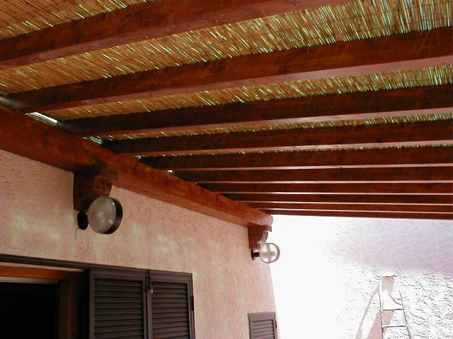 Particolare della tettoia esterna addossata alla casa