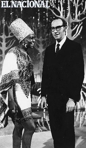 Renny Ottolina, productor, director y animador de programas de radio y televisión y director de cine, junto a la cantante Miriam Makeba. (ARCHIVO EL NACIONAL)