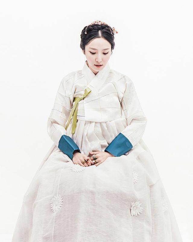 소색 모본단 조각저고리와, 꽃 모티브 치마 지은이#김복희 한복 풍경한복 @kyulcs for more Korean hanbok. #풍경한복 #맞춤한복 #천연염색 #한복 #한복화보 #hanbok #dress