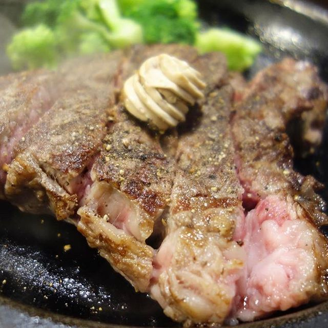 身体バッキバキになったあとは必然的に身体が肉を欲する。ところでこれは常日頃思っているんですが、ステーキって食う前の期待値と実際の満足度が1番かけ離れている食べ物じゃないですか?いや!決してステーキが不味いと言いたいわけではなく、美味いは美味いんだけど、なんていうかステーキよりステーキしてないんだよねステーキって。食う前はもう完全なる臨戦態勢なのにいざ一切れ食うと、うん。まあまあまあ。。みたいになる感じ。いや!不味くはないんだよ?だけど間違いなく食後はラーメン食っときゃよかったと思ってしまう。正直ハンバーグのが美味くね?と思ってる。まあ、それは実際俺が安いステーキしか食ってないからなんだろうけど、、、。いや!これも決していきなりステーキのワイルドステーキがめちゃくちゃ硬いって言いたいわけじゃないですよ?ただ半分食った時点で顎がもう人生で1番疲労してたけど。食い終わった後はもう喋るのが億劫なくらい筋肉痛になったけど。…