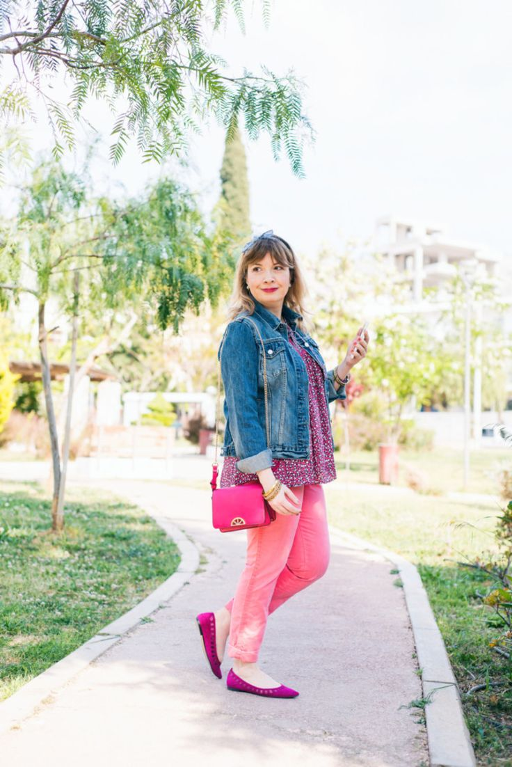 How to style a jean jacket with spring florals http://happilychic.com/jean-mpoyfan-denim-jacket-floral/