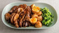 枝元 なほみさんの「フライパン煮豚」のレシピページです。フライパンでつくる煮豚は、短めの時間でやわらかく煮上がります。肉の厚みを半分に切るのがポイント。無添加だしで味つけた菜の花もおいしいアクセント! 材料: 豚肩ロース肉、A、ゆで卵、菜の花、B