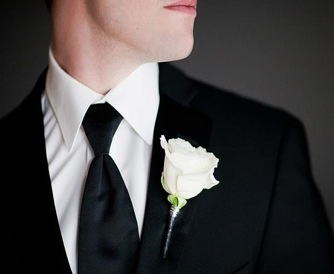 Boutonniere; Classic white rose with silver mega wire (www.unicodecor.com)