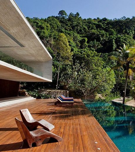 Paraty House - Un grand deck et une piscine