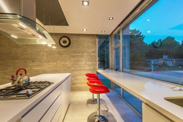 taburetes rojos y pared de hormigón en la cocina