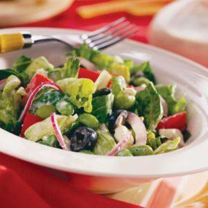 Salata greceasca     Ingrediente:  20 de cuburi de branza10 – 15 rosii3 fire de ceapa  2 oua15 castraveti miciotet, ulei
