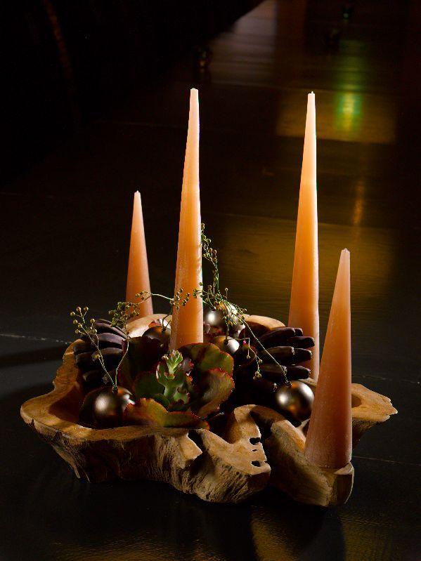 Kerststukje met oranje kaarsen